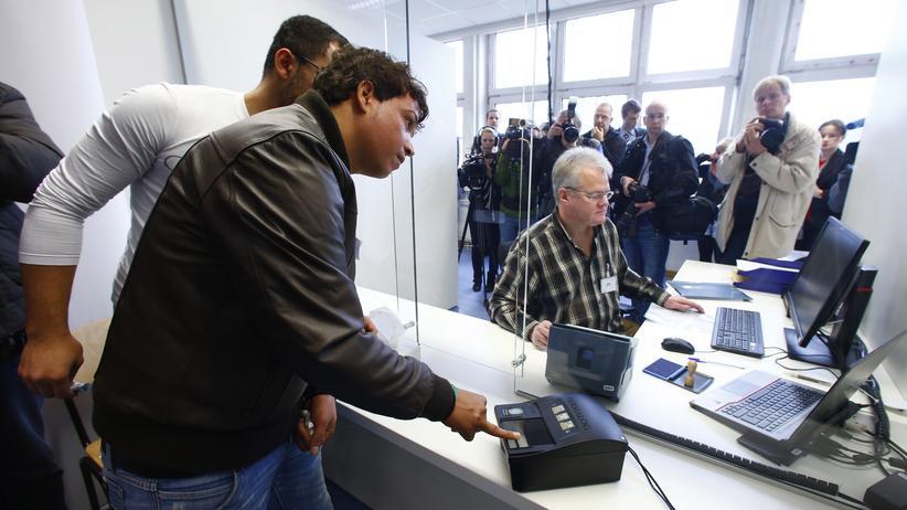 Asylanträge: Asylsuchende registrieren sich in Heidelberg.
