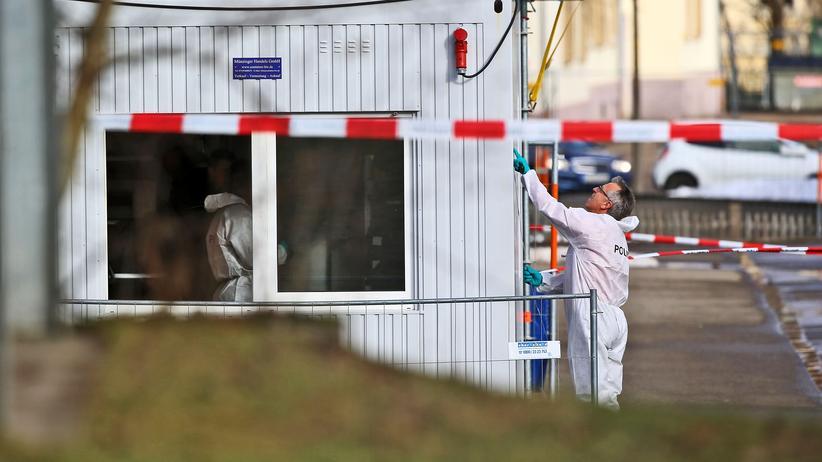 Villingen-Schwenningen: Polizisten untersuchen einen Bürocontainer auf dem Gelände der Flüchtlingsunterkunft.