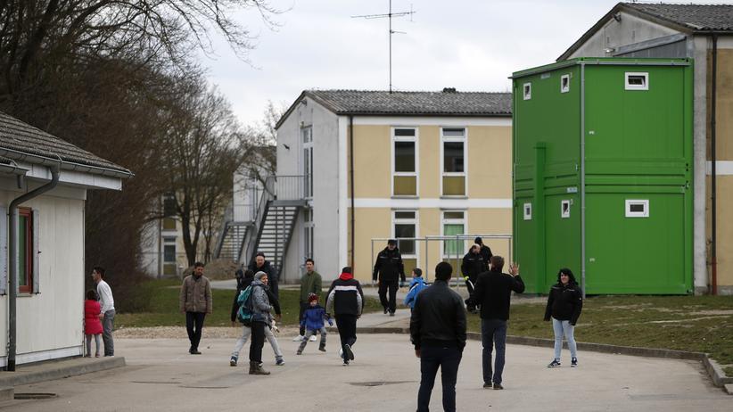 Flüchtlinge: Asylbewerber vor einer Registrierungsstelle bei Ingolstadt