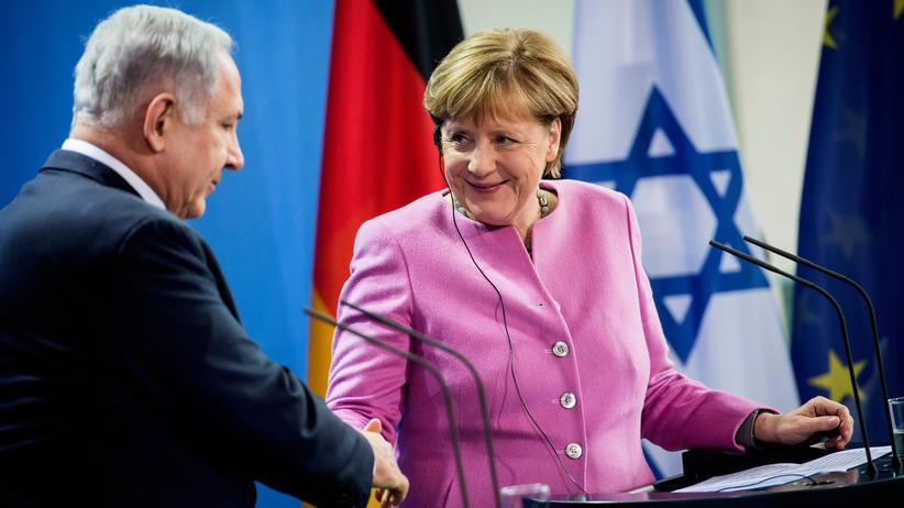 Staatsempfang: German Chancellor Angela Merkel (R) and Israel's prime minister Benjamin Netanyahu shake hands during a press conference at the Chancellery in Berlin on February 16, 2016 after a joint cabinet meeting. / AFP / ODD ANDERSEN (Photo credit should read ODD ANDERSEN/AFP/Getty Images)