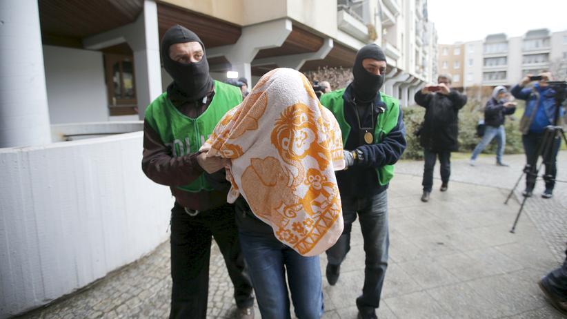 Berlin: Ein Verdächtiger wird von Berliner Polizisten abgeführt.