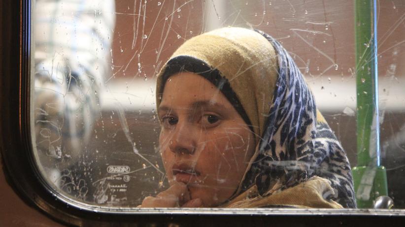 Sigmar Gabriel: Flüchtlingsmädchen in einem ungarischen Bus, auf dem Weg nach Deutschland oder Österreich