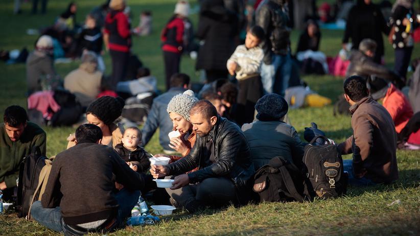 Asylbewerberleistungsgesetz: Flüchtlinge warten an der deutsch-österreichischen Grenze.