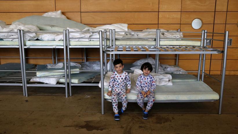 Irakische Flüchtlingskinder in ihrer Unterkunft, eine Turnhalle in Berlin-Hohenschönhausen
