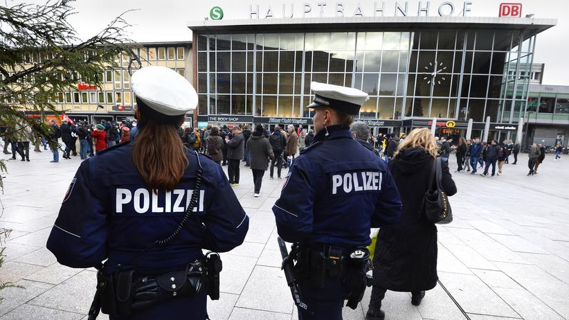 Übergriffe Silvesternacht: Polizisten in der Gegend um den Kölner Hauptbahnhof (Bild vom 6. Januar)