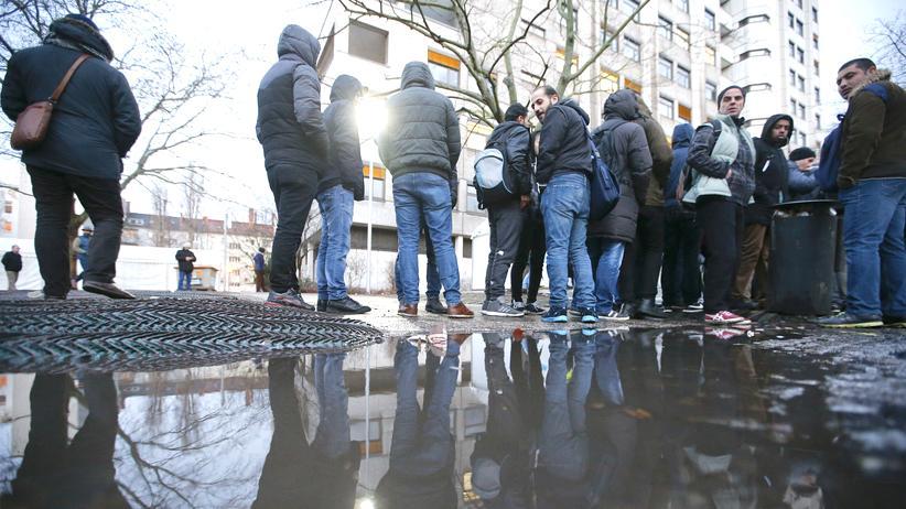 Flüchtlinge: Schlange stehen von dem Lageso in Berlin