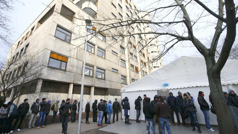 Asylbewerber vor dem Berliner Landesamt für Gesundheit und Soziales (Lageso)