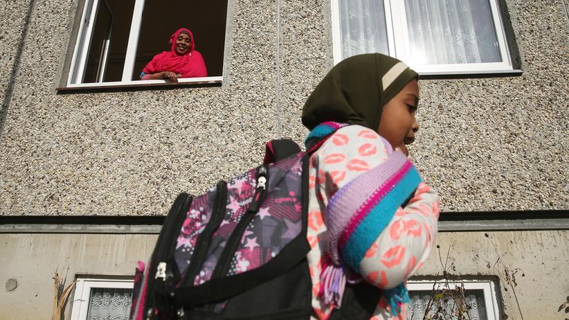 Flüchtlinge: Efrah Abdullahi Ahmed aus Somalia schaut aus der Küche der Asylunterkunft in Vossberg, um nach ihrer Tochter zu sehen.