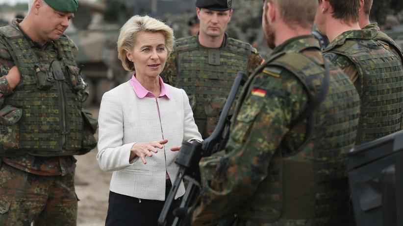 Bundeswehr: Ursula von der Leyen im Gespräch mit Bundeswehrsoldaten in Polen