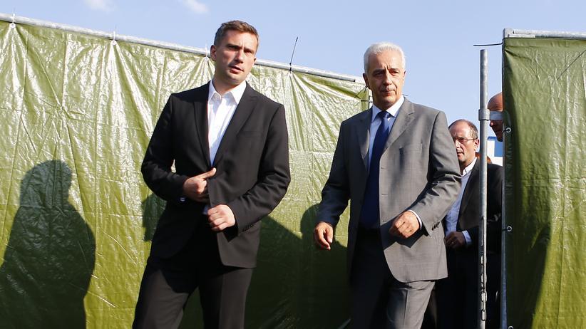 WAS IST IN SACHSEN LOS?: Sachsens Ministerpräsident Tillich zusammen mit seinem Stellvertreter Dulig nach ihrem Besuch der Flüchtlingsunterkunft in Heidenau im Sommer 2015
