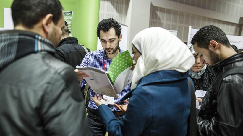 Junge Flüchtlinge informieren sich bei einer Veranstaltung Berlin über Ausbildungsmöglichkeiten