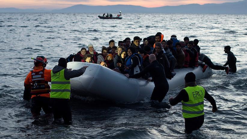 Freiwillige und Rettungsschwimmer helfen Flüchtlingen vor Lesbos.