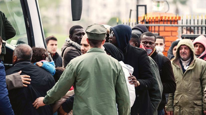 Die türkische Küstenwache eskortiert Flüchtlinge zu Bussen, die die Menschen ins Landesinnere zurückbringen.