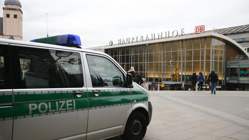 In der Kölner Silvesternacht sollen weniger Polizeibeamte im Einsatz gewesen sein als bisher angegeben.