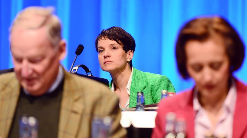 AfD-Parteitag: Auf dem Podium des AfD-Parteitags in Stuttgart: Parteichefin Frauke Petry, eingerahmt von den stellvertretenden Vorsitzenden Alexander Gauland (links) und Beatrix von Storch (rechts)