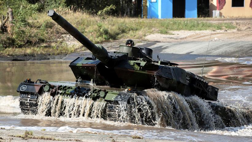 Ein Leopard 2 auf einer Übungsfahrt