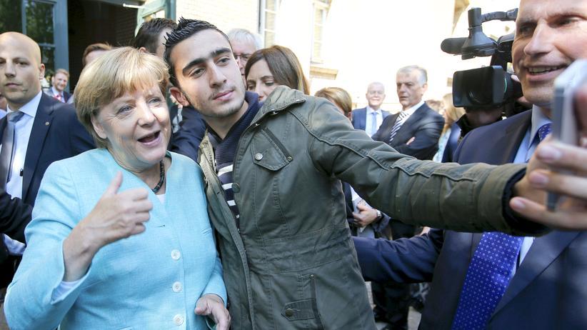 Flüchtlingspolitik: Angela Merkel beim Selfie mit einem Geflüchteten (Archivbild)