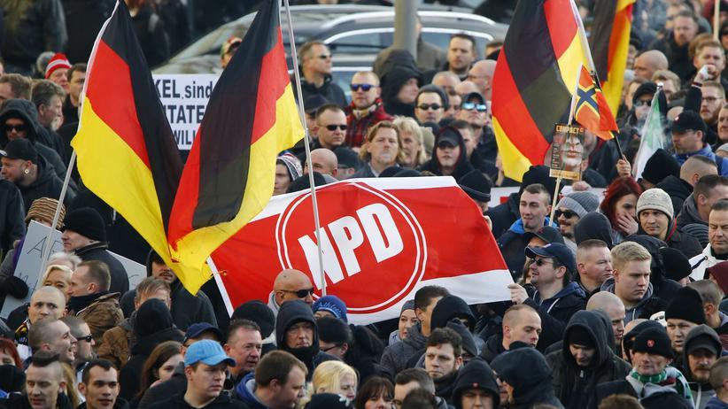 NPD-Verbot: NPD-Banner auf einer Pegida-Demonstration in Köln