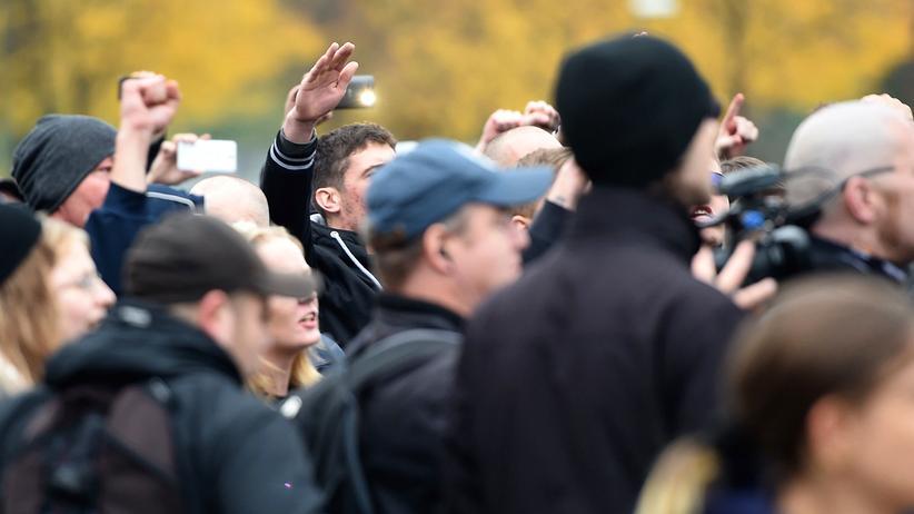 Rechte Gewalttaten: Vereint gegen Ausländer und Flüchtlinge: Anhänger der Pegida-Bewegung demonstrieren zusammen mit Hooligans in Köln.