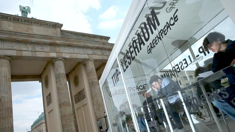 Berlin: Gläserner Leseraum von Greenpeace vor dem Brandenburger Tor in Berlin