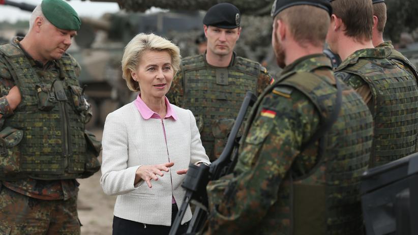 Streitkräfte: Verteidigungsministerin Ursula von der Leyen im Gespräch mit Bundeswehrsoldaten