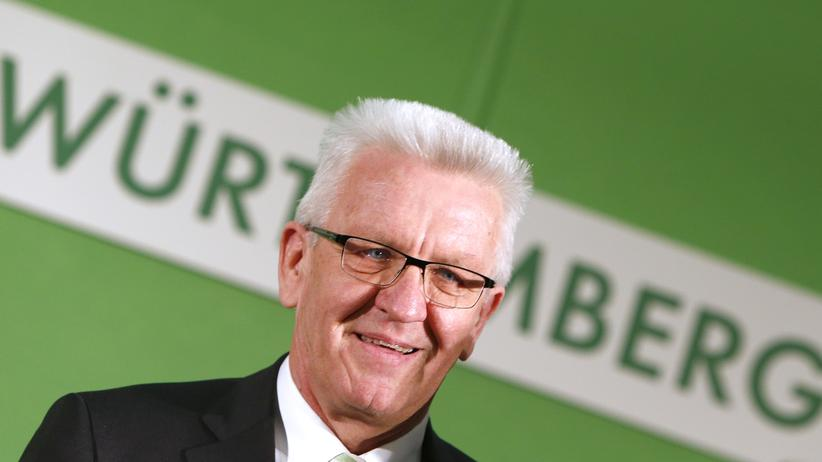 Hören, was bewegt: State Premier Winfried Kretschmann of the Greens party celebrates following first exit polls in the state election in Baden-Wuerttemberg in Stuttgart, Germany, March 13, 2016. REUTERS/Michaela Rehle - RTX28YW9