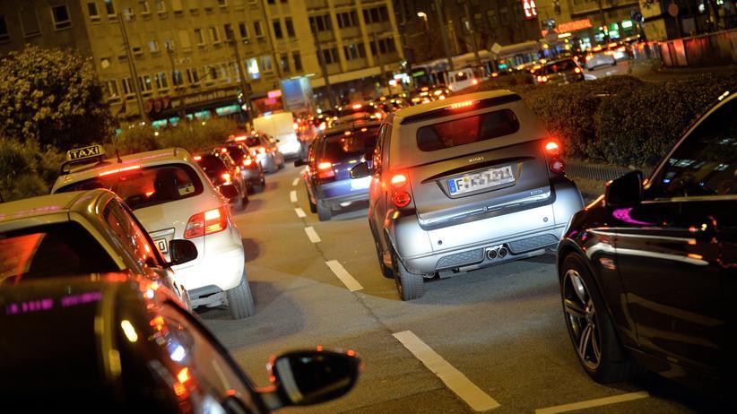 Autos stehen nahe des Hauptbahnhofs in Frankfurt im Stau.