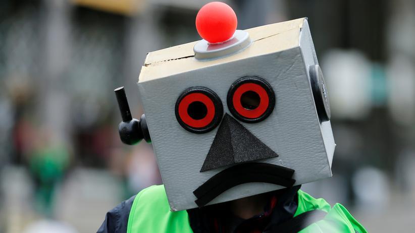Sozialdemokratie: Ein Beschäftigter demonstriert als Roboter verkleidet in Brüssel gegen die zunehmende Automatisierung der Produktion
