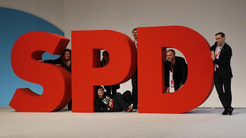 SPD: Abgeordnete posieren mit dem SPD-Logo. (Archivbild)