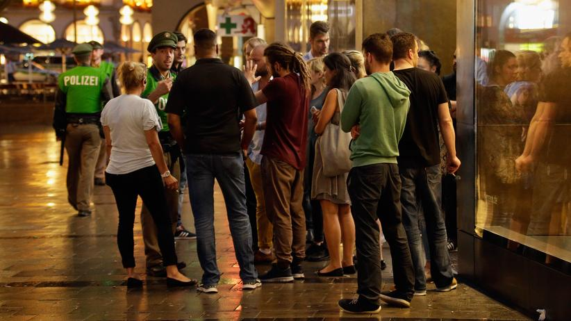 München: Passanten in München nach dem Angriff