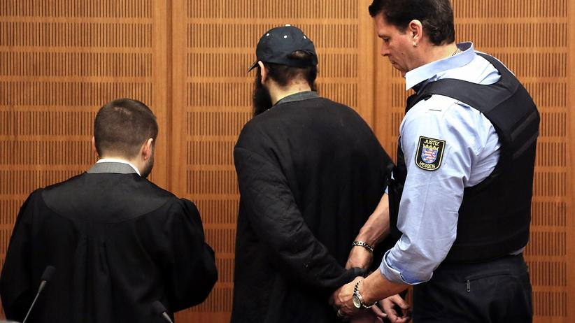 Terrorismus: Bombenbauer Halil D. mit seinem Anwalt Ali Aydin vor dem Frankfurter Landgericht.