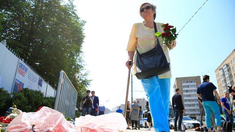 Terrorismus: Länderübergreifende Trauer: Eine ältere Russin legt in Gedenken an die Terroropfer von Nizza Blumen vor der französischen Botschaft in Moskau nieder.