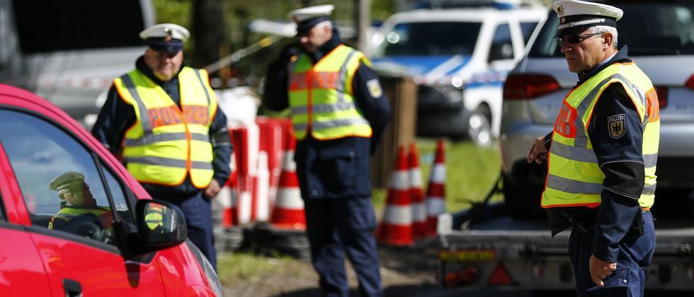 Polizisten bei Kontrollen an der deutsch-österreichischen Grenze