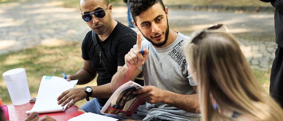 Flüchtlinge bei einem privaten Deutschkurs