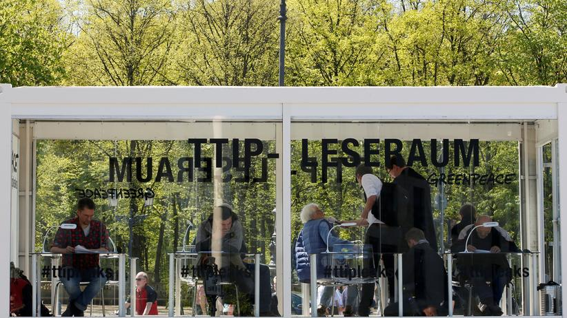 Freihandel: TTIP-Leseraum von Greenpeace in Berlin