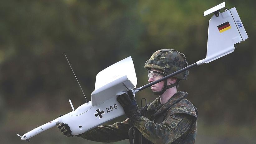 Wehrpflicht: Ein Soldat der Bundeswehr mit Drohne.