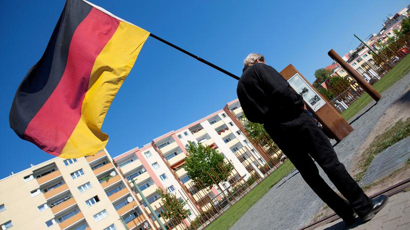 CDU und CSU: Ein Mann auf dem Rückweg von einer Gedenkveranstaltung zum Mauerfall in Berlin