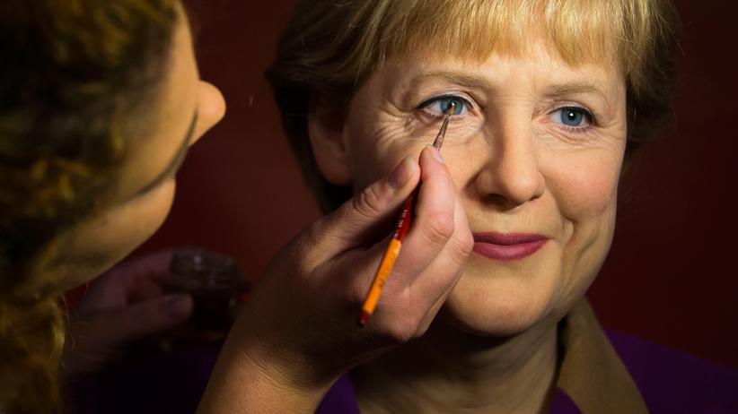 ARD-Deutschlandtrend: Eine Wachsfigur von Angela Merkel wird bei Madame Tussauds in Berlin präpariert.