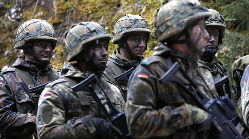 Angela Merkel: Bundeswehrsoldaten bei einer Übung in einer Kaserne bei Bad Reichenhall