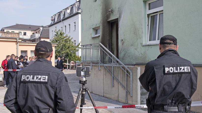 Dresden: Polizisten vor dem Tatort an einer Moschee in Dresden