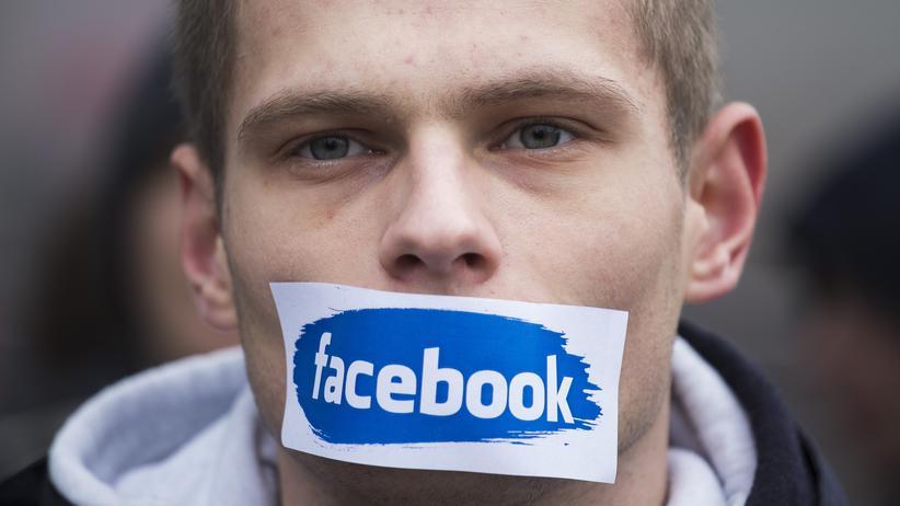 Social Media: Ein polnischer Nationalist protestiert in Warschau gegen die Sperre von  Facebook-Accounts mit rechtsextremen Inhalten.