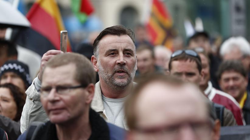 Pegida: Lutz Bachmann dokumentiert mit seinem Telefon einen Pegida-Marsch.