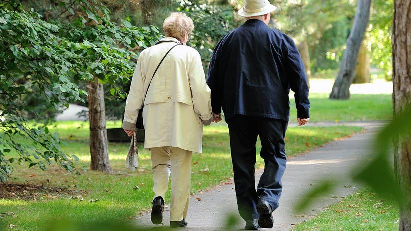 Rentensystem: Rentnerpärchen im Park