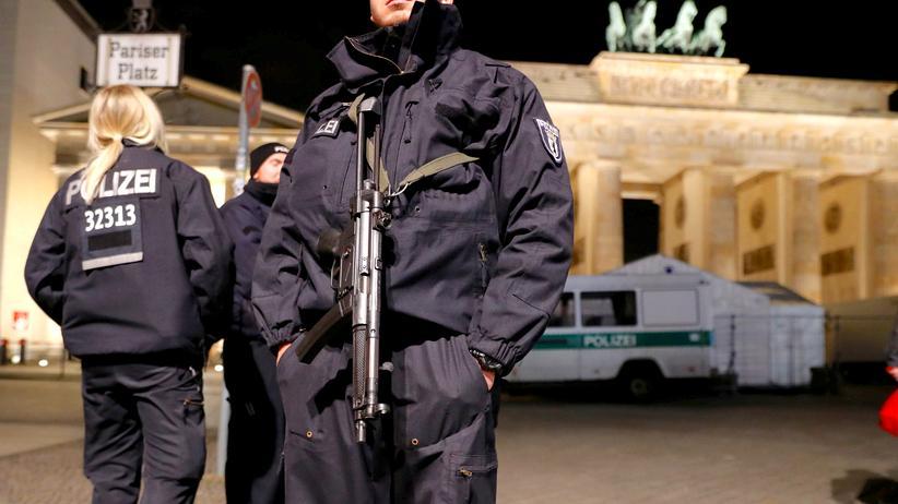 Anschlag in Berlin: Polizisten am Brandenburger Tor in Berlin