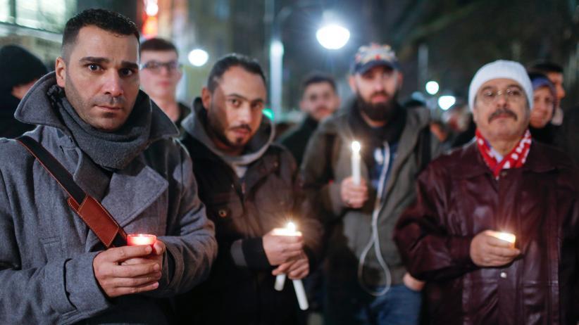 Berlin: Flüchtlinge und Asylsuchende trauern auf dem Breitscheidplatz in Berlin um die Opfer