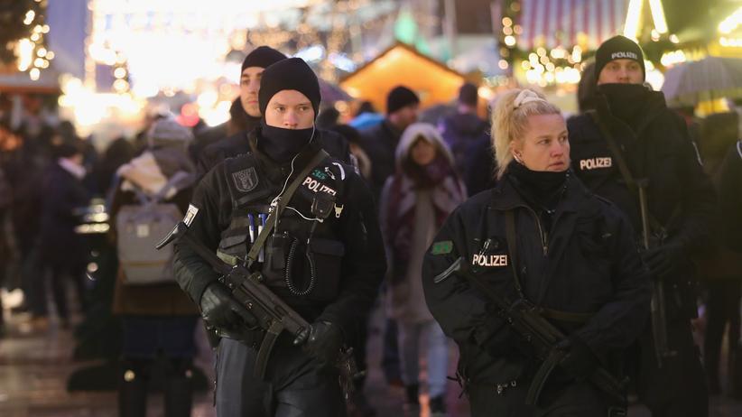 Anschlag in Berlin: Schwer bewaffnete Polizisten auf dem Berliner Breitscheidplatz