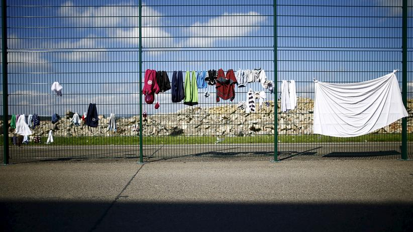 Sicherheit: Flüchtlinge haben Wäsche an einen Zaun ihrer Unterkunft in Gießen gehängt.