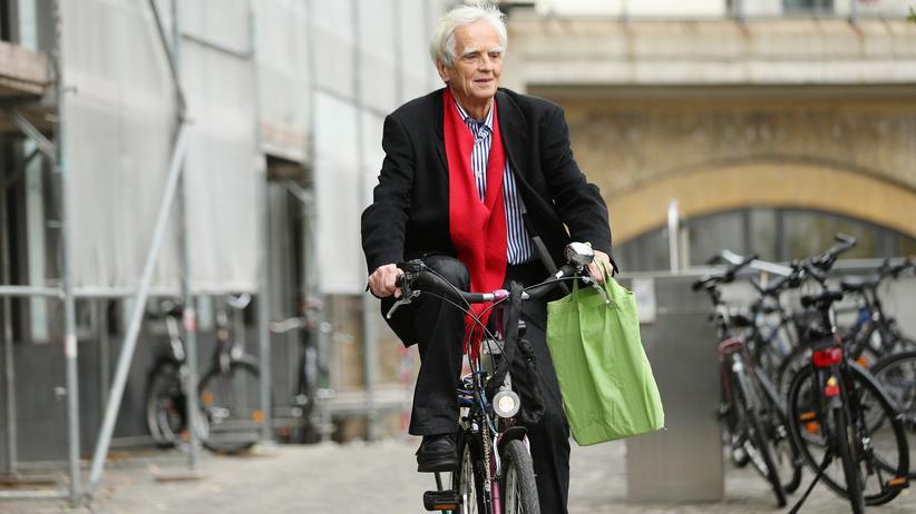 Hans-Christian-Ströbele: Hans-Christian Ströbele fährt mit dem Fahrrad am Bundestag vor.