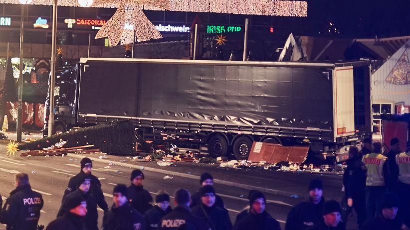 Anschlag auf Berliner Weihnachtsmarkt: Der LKW der Marke Scania kurz nach dem Anschlag von Berlin