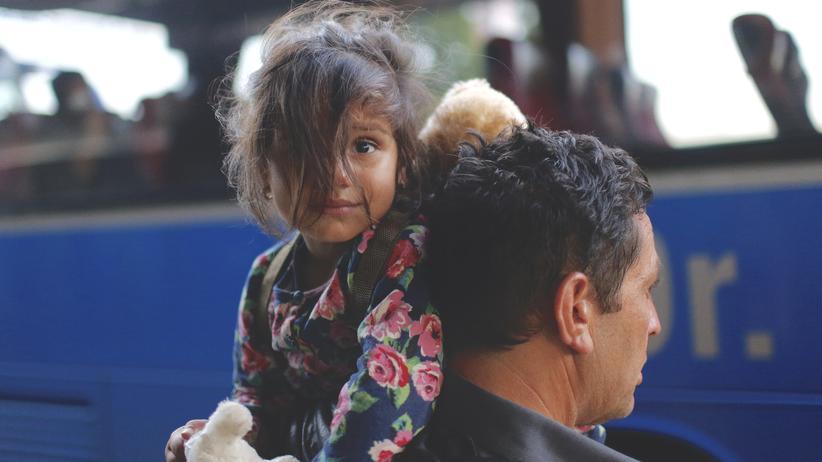 """Flüchtlingspolitik: Die Anzahl der Abschiebungen liegt dem Bericht der """"Süddeutschen Zeitung"""" zufolge mit geschätzt 25.000 in diesem Jahr nicht einmal halb so hoch wie die der freiwilligen Rückreisen."""